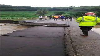 شاهد: مياه جارفة قوية تقتلع جزءا من طريق معبدة في جزيرة المارتينيك