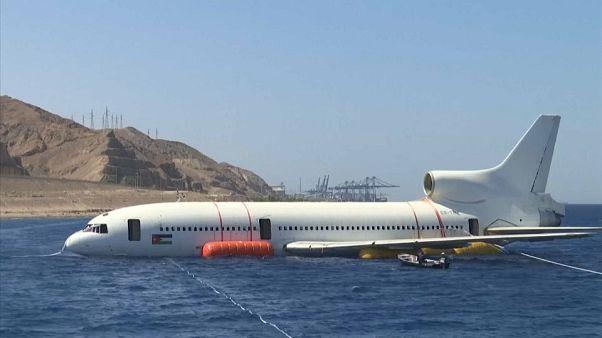 شاهد: إغراق طائرة في خليج العقبة من أجل خلق شعب مرجانية جديدة وموقع للغطس