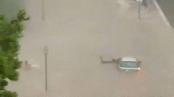 Inundações obrigam condutor a deixar o carro... e nadar
