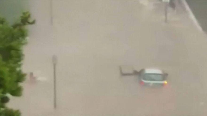 راننده اسپانیایی با شنا از غرق شدن در سیلاب گریخت