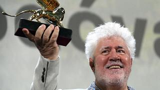 شاهد: مهرجان البندقية السينمائي يكرم المخرج الإسباني بيدرو المودوفار بالأسد الذهبي