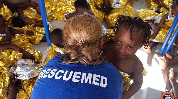 Itália autoriza desembarque de mulheres, crianças e doentes