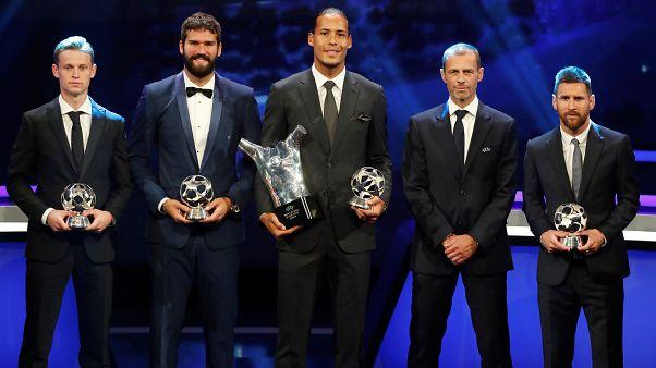 Savunma oyuncusu Van Dijk, Messi ve Ronaldo'yu geride bırakarak Avrupa'nın en iyi futbolcusu seçildi