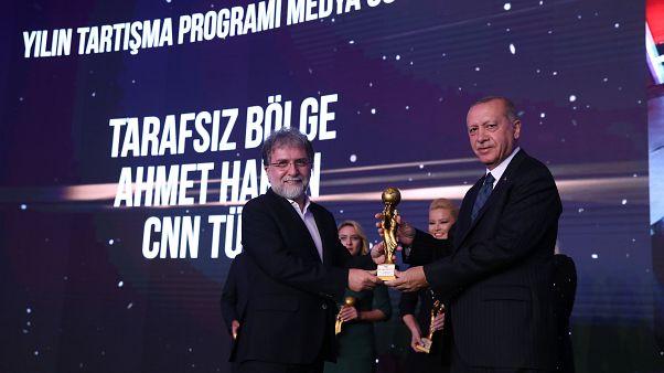 """Cumhurbaşkanı Erdoğan, Radyo Televizyon Gazetecileri Derneğinin """"2018 Yılı Medya Oskarları Ödül Töreni""""ne katıldı. Erdoğan, Ahmet Hakan'a ödül verdi"""