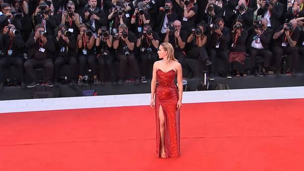 Scarlett Johansson acapara 'flashes' en una alfombra roja que no pisará Polanski