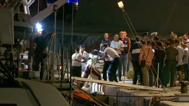 Lampedusa: a partra engedtek több menekültet egy mentőhajóról
