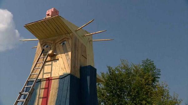 شاهد: تمثال خشبي لترامب يثير حيرة أهالي كامنيك السلوفينية حيث نشأت زوجته ميلانيا