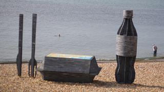 Műanyag üveg és elviteles doboz szobra Lyme Regis tengerpartján, Nagy-Britanniában