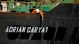 أحد أفراد الطاقم يلتقط صوراً بهاتفه المحمول على ناقلة النفط الإيرانية أدريان داريا 1