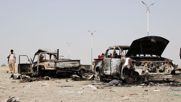 يمني من المقاتلين الانفصاليين يعاين حطام عربات قوات حكومية دمرها طيران الإمارات العربية خلال غارة قرب عدن
