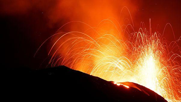 Извержение Стромболи отражается в ночном небе