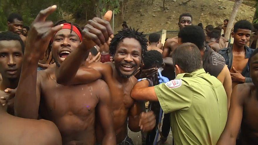 دهها پناهجوی آفریقایی با گذر از سیمهای خاردار وارد خاک اسپانیا شدند