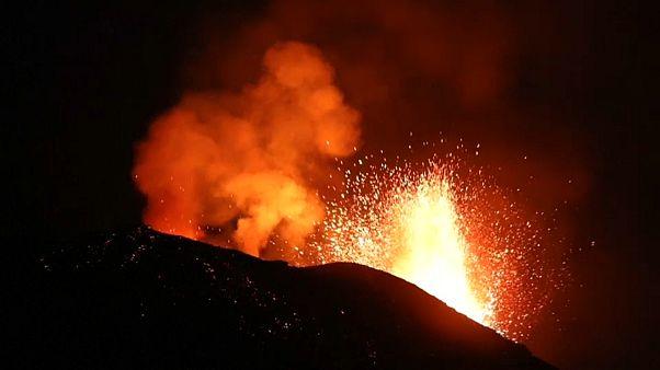Stromboli fra lave e lievi terremoti fa scappare i turisti