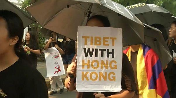 Tibeti menekültek tüntettek Hongkong mellett