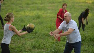 Лукашенко собрал арбузы в компании молодых женщин