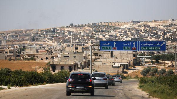 صورة لسيارات عند مدخل خان شيخون بإدلب