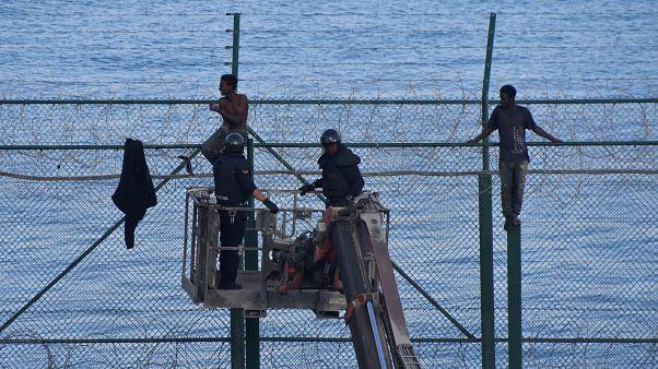 155 migrants forcent la frontière espagnole à Ceuta