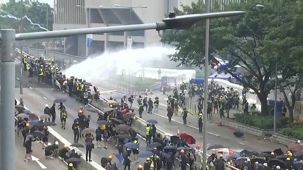 مظاهرات لا تهدأ.. غازاتٌ مسيلة للدموع وقنابلُ حارقة تتصدر المشهد في هونغ كونغ