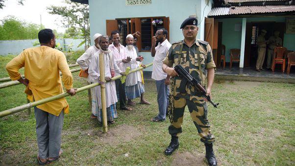 چند تن از اهالی آسام در انتظار کنترل شدن مدارک شناسایی