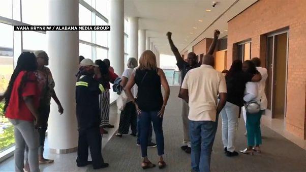 عائلة ألفين كانارد بعد سماع خبر الإفراج بعد عقوبة 36 عاما بتهمة سرقة 50 دولارا