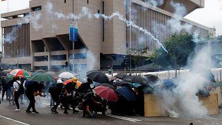 Hong Kong gösterilerinde 13. hafta: Polisten biber gazlı müdahale
