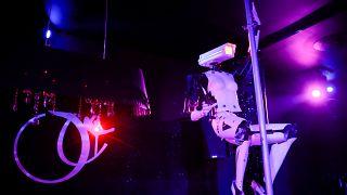 Robot en una barra de baile en Nantes, Francia