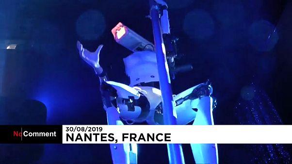"""""""Robô sexy"""" é atração em bar de striptease em Nantes"""