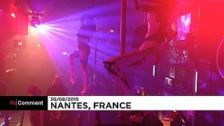 Sexy robot ballano in un night club di Nantes