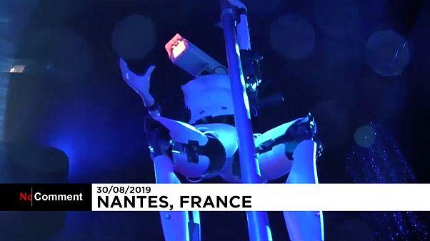 """شاهد: الرقص على العامود قد يصبح أكثر إثارة عندما تؤديه روبوتات من """"الجنس اللطيف""""!"""