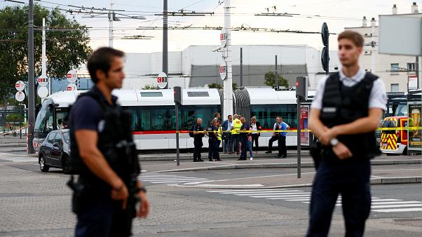 Francia: attacco con coltello, nei pressi di Lione. 1 morto e 8 feriti