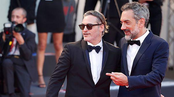 Joaquin Phoenix Todd Phillipsszel, a Dzsóker rendezőjével Velencében