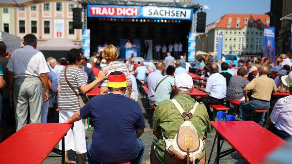 """يحضر المؤيدون حملة انتخابية لحزب """"البديل لألمانيا"""" اليميني المتطرف قبل انتخابات ولاية ساكسونيا في دريسدن، ألمانيا، 25 أغسطس، 2019"""