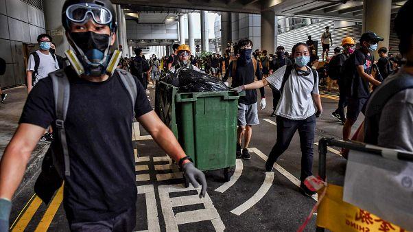 Hong Kong'da protesto gösterileri, hava trafiğini aksatmak amacıyla bu kez havalimanına taşındı