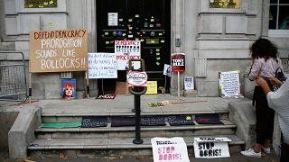 Brexit karşıtşarı İngiltere'de Kabine kapısına pankartlar bıraktı