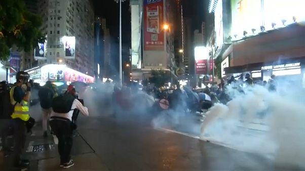 Hong Kong, scene di guerriglia urbana: scontri tra manifestanti e Polizia