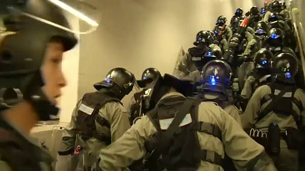احتجاجات هونغ كونغ مكانك راوِحْ..  إغلاق المنافذ المؤدية للمطار وإحراق العلم الصيني