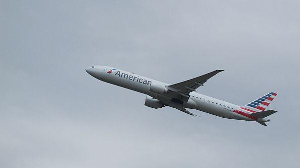 أمريكي أسود يقاضي شركة طيران أمريكية ويتهمها بالتمييز بسبب.. كلب مسافر درجة أولى!