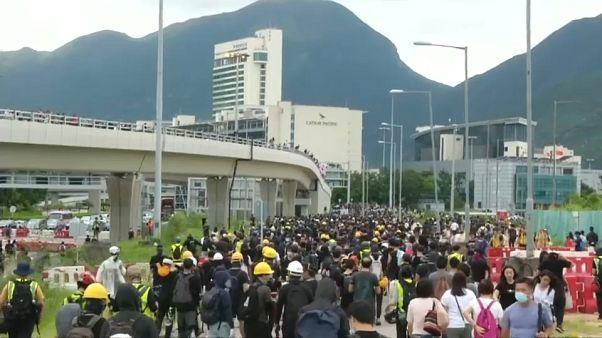 ویدئوی اعترضات هنگکنگ؛ اختلال در پروازها و استقرار پلیس ضدشورش در مترو