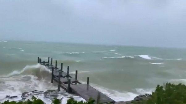 رياح الإعصار دوريان لدى اقترابه من جزر الباهاماس وفلوريدا