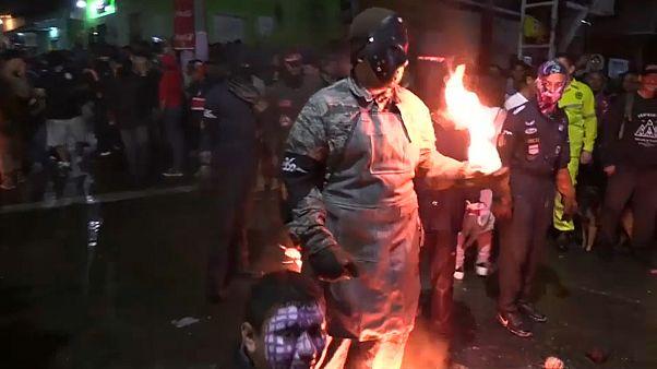 مشارك في المهرجان وهو يحمل كرة ملتهبة في انتظار رميها.