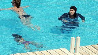 Fransa'da havuza haşama ile giren Müslüman kadınlara polis müdahalesi