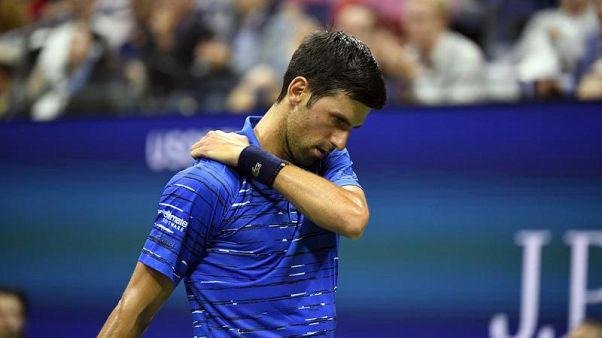 Il dolore alla spalla costringe Djokovic al ritiro.