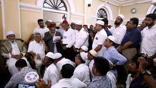 وزير الدفاع السابق لسري لانكا في زمن الحرب والمرشح الرئاسي غوتابايا راجاباكسا مع المسلمين خلال زيارته لمسجد كيتشيمالي في بيروالا ، سريلانكا 17 أغسطس 2019