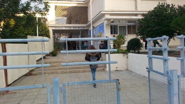 Κύπρος: Το Υπουργείο Παιδείας απαγορεύει στενά παντελόνια και ψεύτικες βλεφαρίδες!