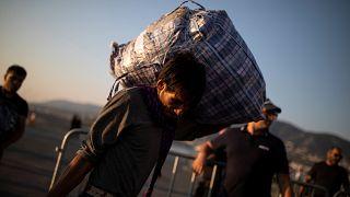 Grécia transfere refugiados do campo de Moria