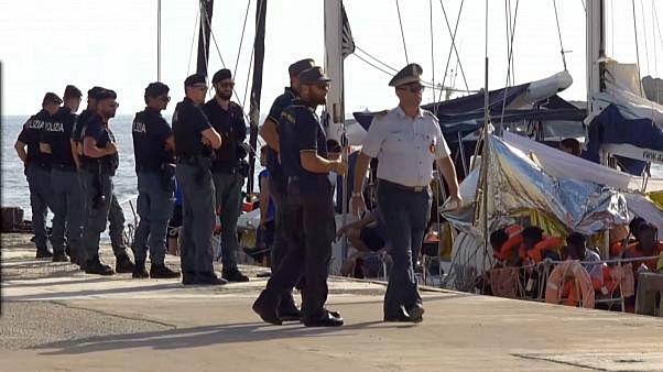 السلطات الإيطالية تحتجز سفينة إنقاذ والشرطة تؤكد عزمها إنزال المهاجرين