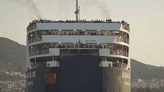 Мигранты прибывают на материк