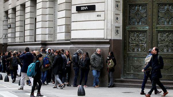El fantasma del corralito provoca largas colas en los bancos de Argentina