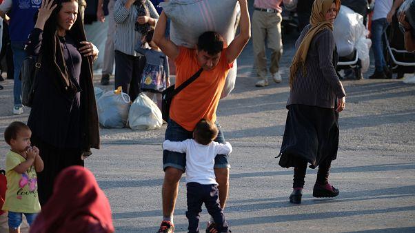 """Πρόσφυγες και μετανάστες αποβιβάζονται από το πλοίο """"Καλντέρα Βίστα"""""""