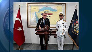 Präsident Erdogan in Instanbuls Militärakademie. Im Hintergrund das Corpus Delicti: eine Karte des türkischen Seegebiets, ausgedehnt auf die Ägäis und griechische Inseln